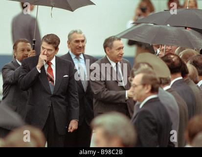 Vorstandsvorsitzender der U S S R des Ministerrats Alexei Kosygin Mitte rechts sehen aus der U S Präsident Ronald - Stockfoto
