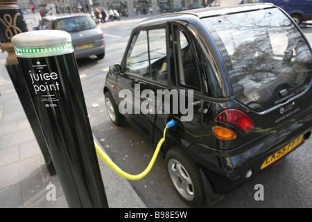 Elektro-Fahrzeug aufgeladen, Westminster, London - Stockfoto