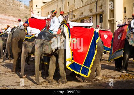 Elefanten und Mahouts, Amber Palast, Bernstein, in der Nähe von Jaipur, Rajasthan, Indien - Stockfoto