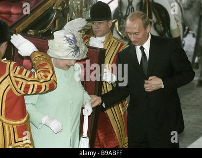 Ihre Majestät Königin Elizabeth II von Großbritannien links und rechts der russische Präsident Vladimir Putin kommen am Buckingham Palace Stockfoto