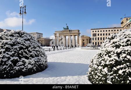 Berlin Paris Platz Brandenburger Tor Quadriga im Winterschnee - Stockfoto
