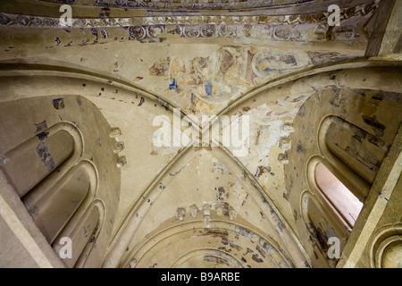 Carmac Kapelle Apsis Decke. Fragmente des romanischen Wandmalereien schmücken die Decke der Apsis und Schnitzereien - Stockfoto