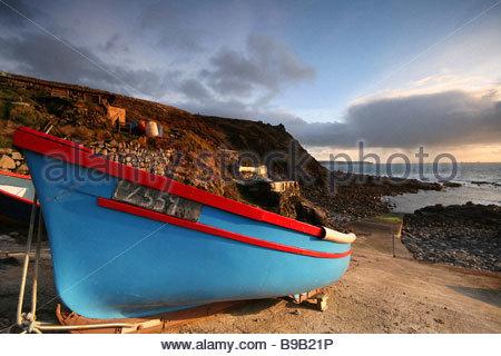 Ein kleinen bunten Fischerboot ist sicher auf der Helling Priester Cove Cape Cornwall wartet auf seinen nächsten - Stockfoto