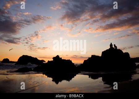 Paar den Sonnenuntergang auf Silhouette Felsen im Manuel Antonio National Park in Costa Rica.