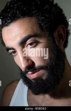 Porträt eines jungen Mannes mit langem Bart nahöstlichen hautnah - Stockfoto