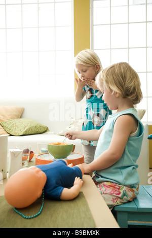 Kleine Mädchen essen Frühstück an unordentlich Tisch - Stockfoto