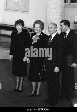 Sowjetische Führer Mikhail Gorbachev 2. rechts und Raisa verließ seine Frau mit britischen Premierministerin Margaret - Stockfoto