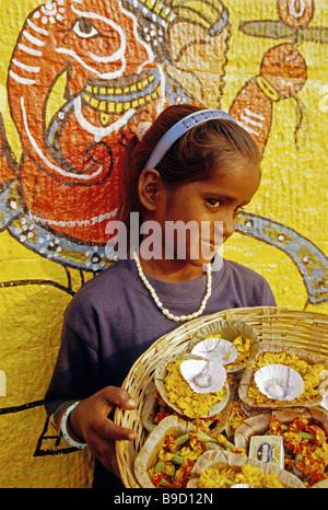 Varanasi (Benares), junges Mädchen auf den Verkauf von Ghat Kerzen und Blumen um am heiligen Ganges geschwommen - Stockfoto