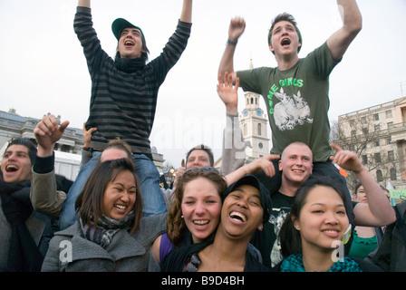 Gruppe von multikulturellen junge Männer und Frauen feiern am St. Patricks Day Feier auf dem Trafalgar Square. - Stockfoto