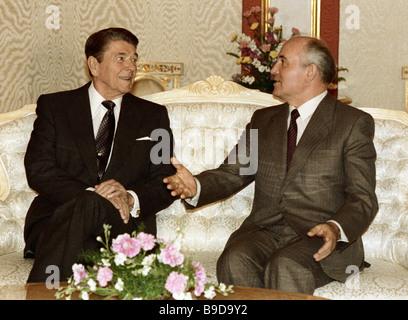 Generalsekretär der KPdSU zentralen Ausschuss Mikhail Gorbachev rechts und links U S Präsident Ronald Reagan sprechen - Stockfoto