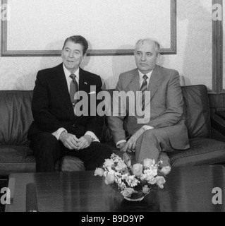 Generalsekretär der sowjetischen kommunistischen Partei Mikhail Gorbachev rechts und U S Präsident Ronald Reagan - Stockfoto
