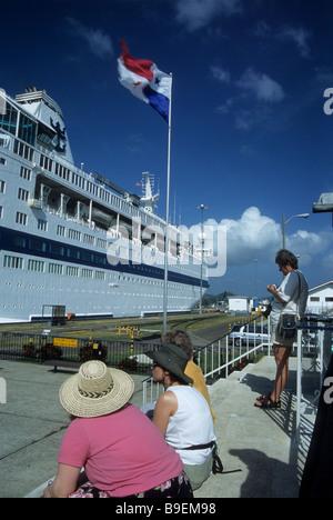 Touristen beobachten das Kreuzfahrtschiff Viking Serenade in Miraflores Schleusen, Panama Canal, Panama - Stockfoto