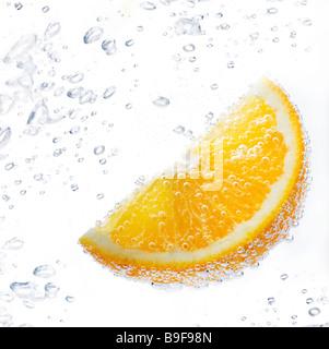 Stück von Orange unter Wasser