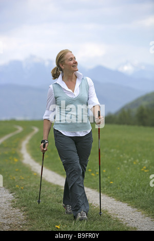 Senior blond Nordic Walking 50-60 Jahre jung geblieben 55-65 Jahren 60-70 Jahre Ausschuss Aktivität freigeschaltet - Stockfoto