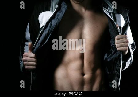 Mann schlank Jacke offen Oberkörper Muskulatur Detail junge steht Motorradjacke eröffnet Körper muskulös - Stockfoto