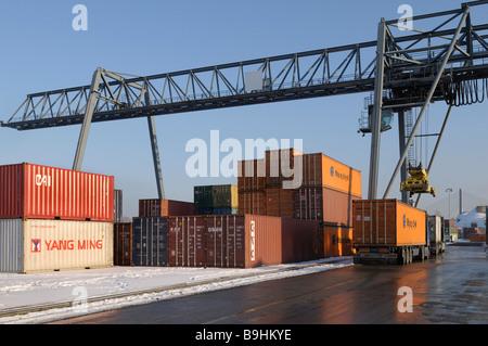 Containerterminal Bonn Hafen, Portainer heben einen Container von einem LKW, Bonn, Nordrhein-Westfalen, Deutschland, - Stockfoto