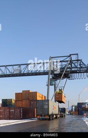 Der Containerumschlag im Hafen von Bonn, Container verladen auf einen LKW, Bonn, Nordrhein-Westfalen, Deutschland, - Stockfoto