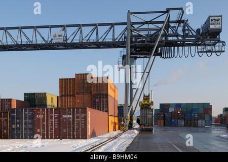 Containerumschlag mit ein 50 Tonnen Portainer, Container auf einen LKW geladen bimodaler Verkehr, Bonn Hafen, Nordrhein - Stockfoto