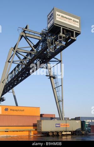 Containerterminal Bonn, LKW mit Container unter Portainer, Bonn Hafen, North Rhine-Westphalia, Germany, Europe - Stockfoto