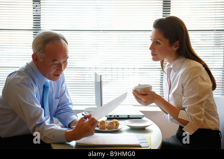 Ältere Mann und Frau arbeiten im café - Stockfoto