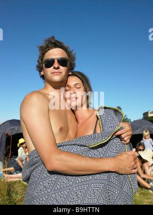 Paar, eingewickelt in eine Decke auf einem festival - Stockfoto