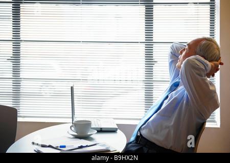 Entspannen im Café Senior Geschäftsmann - Stockfoto