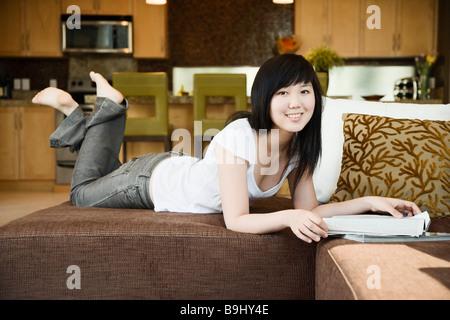 Teengirl entspannend mit Magazin - Stockfoto