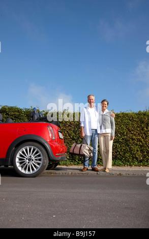 Älteres paar stand neben dem Auto - Stockfoto