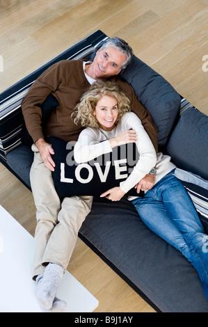 Mann und Frau mit Kissen - Stockfoto
