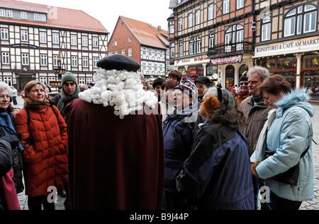 Geführte Tour auf dem Marktplatz in Wernigerode, Touristen mit dem Guide, gekleidet in einem historischen Kostüm - Stockfoto