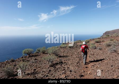 Frau mit einem Rucksack und walking Stöcke, Las Pilas, La Gomera, Kanarische Inseln, Spanien, Europa - Stockfoto
