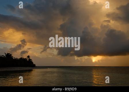 Sonnenaufgang über dem karibischen Meer, South Water Caye, Karibik Atoll, Belize, Central America - Stockfoto