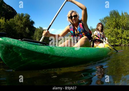 Junge Mädchen tun Kajak auf einem Fluss - Stockfoto