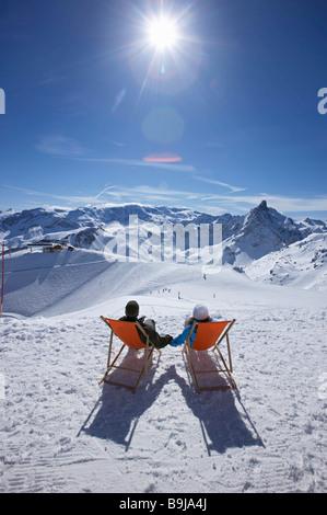 Paar in Liegestühlen liegend - Stockfoto