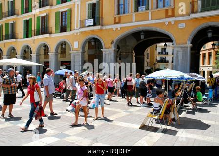 Touristen auf einem Platz mit Arkaden, Plaza, Placa wichtigen, historischen Stadt Zentrum, Ciutat Antiga, Palma - Stockfoto