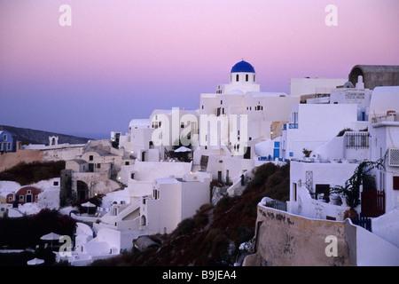 Morgendämmerung in das Dorf Oia mit seinen weißen Häusern, Insel Santorin, Thera oder Thira, Cyclades, Aegean, Mittelmeer, - Stockfoto