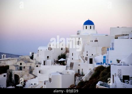 Morgendämmerung in der Stadt Oia mit seinen weißen Häusern, Santorini oder Thira, Cyclades, Ägäis, Mittelmeer, Griechenland, - Stockfoto