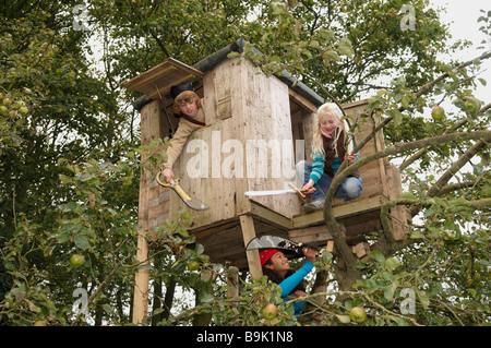 Kinder spielen im Baumhaus - Stockfoto