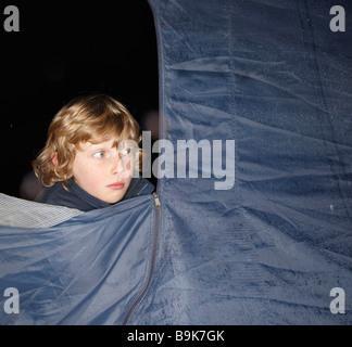Jungen aus Zelt suchen, in der Dämmerung - Stockfoto