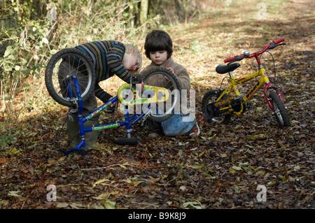 Zwei jungen untersuchen Bikes auf Feldweg - Stockfoto