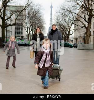 Familie geht auf den Markt - Stockfoto