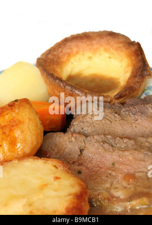 Roastbeef und Yorkshire Pudding, gebratene und gekochte Kartoffeln, gekochte Karotten und Soße. Eine traditionelle - Stockfoto