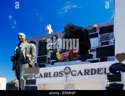 Argentinien, Buenos Aires, Carlos Gardel Statue auf seinem Grab im Friedhof La Chacarita - Stockfoto