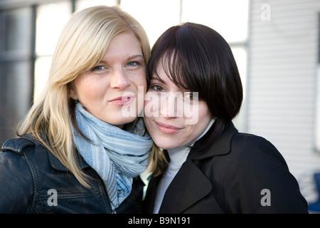 Zwei Freundinnen Schmunzeln in Die kamera - Stockfoto