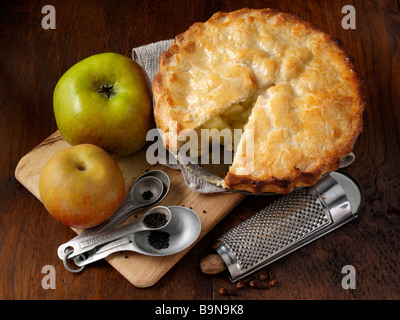 Apfelkuchen mit Zutaten - Stockfoto