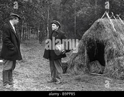 Der blaue Notebook Lev Kulidzhanov Direktor A noch aus dem Film Nikolai Lebedev links als Emeljanow - Stockfoto