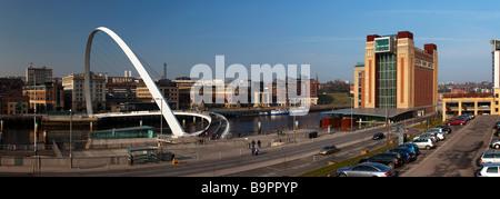 Millennium Bridge und baltischen Arts Centre Gateshead Tyne and Wear