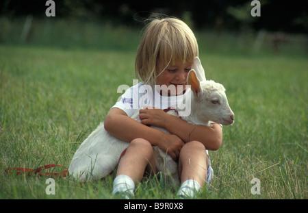 kleines Mädchen mit Zicklein - Stockfoto