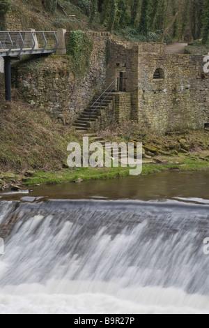 Ruinen von Rock Mill und Wehr auf dem Fluß Goyt. Neue Mühlen, Derbyshire, Großbritannien. - Stockfoto