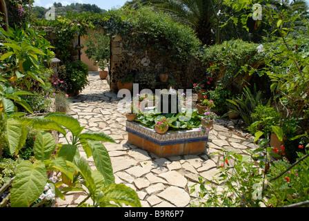 Spanischer Innenhof typische spanische ummauerten innenhof garten mit teich und wasser